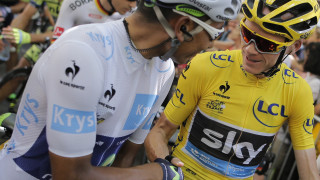Chris Froome and Nairo Quintana shake hands before the start of stage 17 to Pra Loup