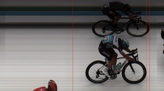 Italian Viviani nipped through on his left side totake victory by the narrowest of margins.