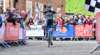 Alice Barnes wins the 2016 Women's Lincoln Grand Prix