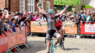 Alice Barnes wins the 2017 Women's Lincoln Grand Prix