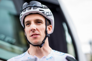 Simon Yates made up time in the general classification competition and retained the white jersey