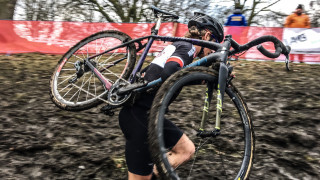 Carrying and shouldering your bike - Cyclo-cross