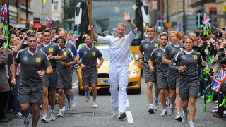 Cycling stars carry Olympic flame in Manchester